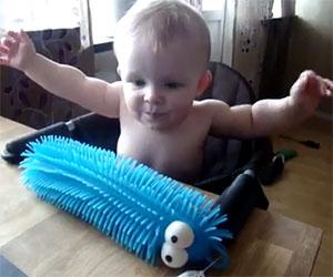 Bambino non gradisce il giocattolo nuovo, ecco la divertente reazione