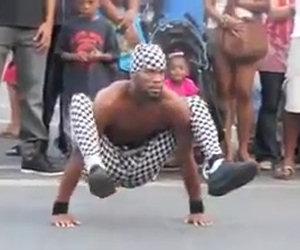 Un artista di strada con disumane abilità fisiche stupisce tutti