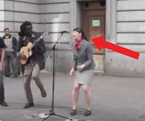 Artista canta Bob Marley per strada, ad un tratto accade qualcosa da brividi