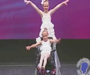 Una bimba è sulla sedia a rotelle, ciò che fa sua sorella è commovente