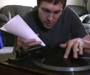 Ascoltare giradischi con un foglio