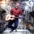 Un astronauta esegue un pezzo di David Bowie con uno stile unico