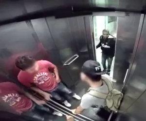 Ha un attacco di diarrea in ascensore, ecco la reazione della gente