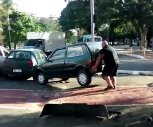 Trova un'auto sulla pista ciclabile, ecco la soluzione del ciclista
