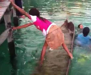 Bambina salva una barca che affonda