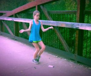 Bambina si muove in modo incredibile