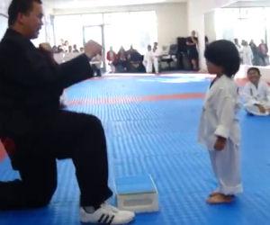Questo bambino deve fare l'esame di karate, ecco cosa combina!