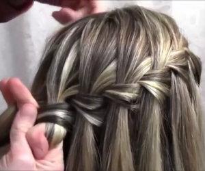 Inizia separando una ciocca di capelli, il risultato finale è bellissimo