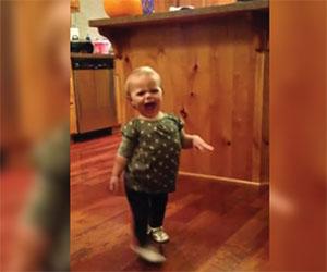 La mamma è incinta, la figlia decide di imitare la sua camminata