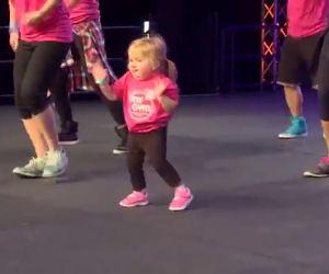 Una bimba piccolissima sale sul palco e ruba la scena ai ballerini