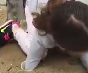 La bambina mette la mano dentro un tubo per salvare una vita