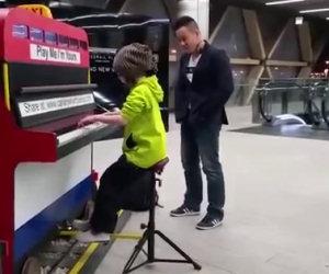 Una bimba suona il pianoforte in metro e stupisce tutti
