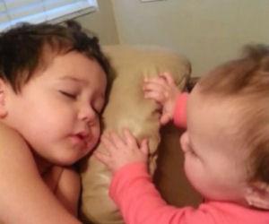 La bimba vuole svegliare il fratellino, un video tenerissimo!