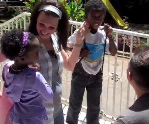 Due bambini appena adottati incontrano la loro nuova famiglia
