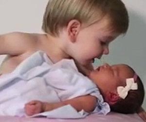 6 bimbi incontrano la sorellina appena nata, ecco le loro reazioni
