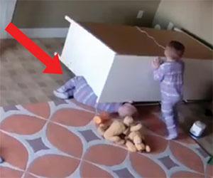 Una cassettiera si ribalta, ecco come un bimbo salva il fratellino