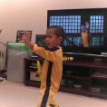 Un bimbo di soli cinque anni imita perfettamente Bruce Lee