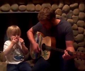 Papà e figlio di 3 anni duettano cantando un pezzo dei Beatles