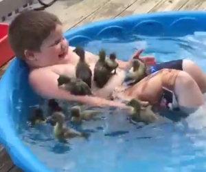Questo bimbo fa il bagno con gli anatroccoli ed è felicissimo!