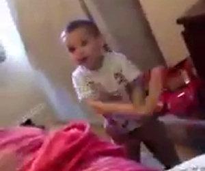 Bimbo gioca col giocattolo della mamma