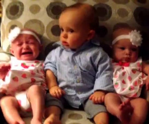 Bimbo incontra le cuginette gemelle