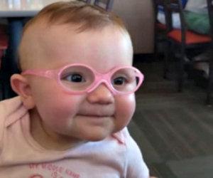 Vede per la prima volta i genitori, la reazione della bimba è commovente