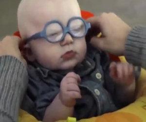 Grazie a dei nuovi occhiali vede per la prima volta la mamma
