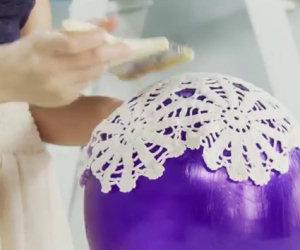 Mette dei centrini su un palloncino e crea un oggetto incredibile