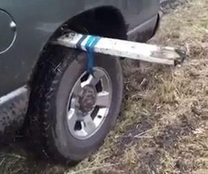 Un modo incredibile per liberare un'auto intrappolata nel fango