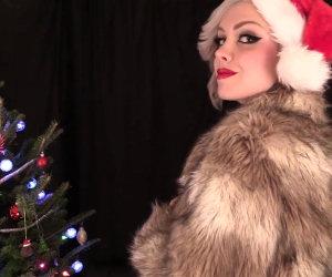 Ragazza decide di augurare buon Natale sfruttando le sue doti