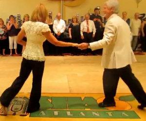 Coppia danza in modo molto affiatato