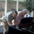 In una sala d'attesa una coppia d'anziani regala un momento unico