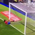 Cerca di salvare un goal ma lo fa nel modo peggiore possibile