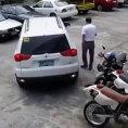 Si mette alla guida dell'auto e distrugge tutto ciò che è parcheggiato