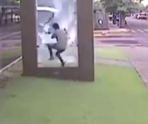 Distrugge vetrata per prendere il bus