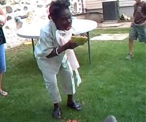 Donna contro un'anguria
