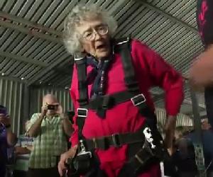 Una donna festeggia così i 100 anni, in modo assolutamente unico