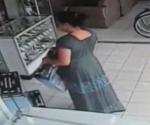 Una donna ruba un televisore mettendoselo sotto la gonna