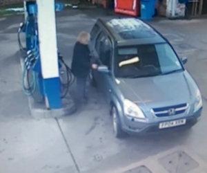 Una donna non riesce a fare benzina