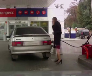 Una donna prova a fare benzina ma commette due epici fail