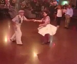Due anziani ballano in modo epico