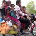 6 persone, 2 cani ed un bagaglio enorme su una motocicletta