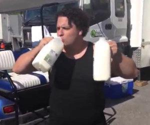 Questo video mostra gli effetti del bere troppo latte