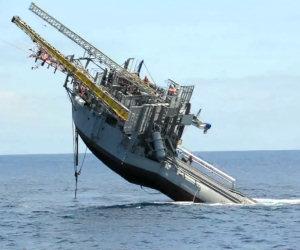 Enorme nave si solleva in verticale