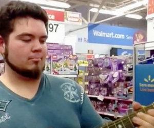 Trova una chitarra giocattolo al supermercato, ecco cosa riesce a fare