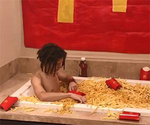 Fare il bagno nelle patatine fritte