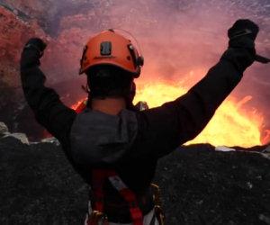 Folle ragazzo entra in un vulcano attivo