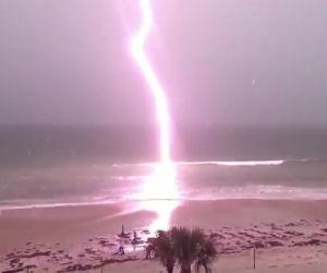 Un fulmine colpisce l'onda durante una tempesta: il video