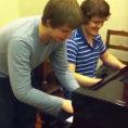 Un genio del pianoforte si diverte con un amico, un duetto epico!