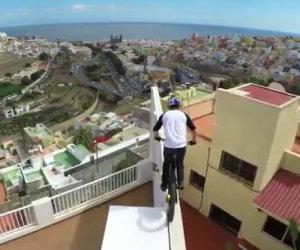 Gira sui tetti di una città con una bici. Adrenalina pura!